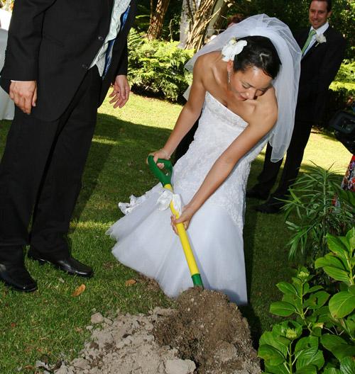 green-wedding-planting